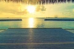 美丽的水别墅在sunris的热带马尔代夫海岛 免版税库存图片