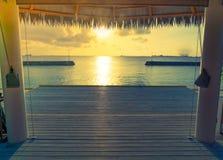 美丽的水别墅在sunris的热带马尔代夫海岛 免版税库存照片