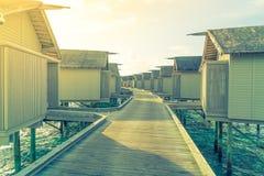 美丽的水别墅在sunris的热带马尔代夫海岛 图库摄影
