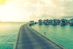 美丽的水别墅在sunris的热带马尔代夫海岛 免版税图库摄影