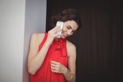 美丽的移动电话联系的妇女 库存图片