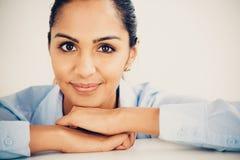 美丽的年轻印地安女商人画象愉快微笑 免版税图库摄影