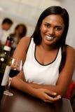 美丽的年轻印地安妇女在餐馆 免版税库存图片