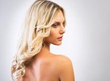 美丽的头发妇女年轻人 免版税图库摄影