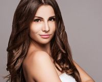 美丽的头发长的妇女年轻人 免版税库存图片