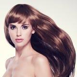 美丽的头发长的性感的妇女 免版税库存图片