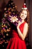 美丽的年轻圣诞老人女孩 Christma的豪华最富有的妇女 免版税图库摄影