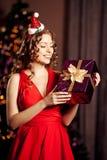 美丽的年轻圣诞老人女孩 Christma的豪华最富有的妇女 库存照片