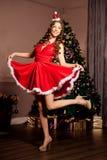 美丽的年轻圣诞老人女孩 Christma的豪华最富有的妇女 免版税库存照片