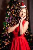 美丽的年轻圣诞老人女孩 Christma的豪华最富有的妇女 图库摄影