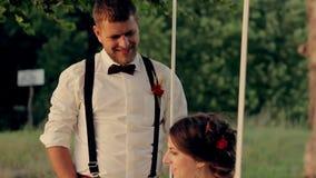 美丽的年轻夫妇新娘和新郎在a 股票视频