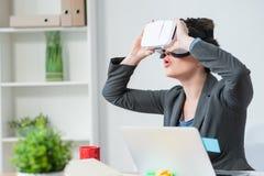 美丽的年轻女实业家使用eyewear设备 免版税库存图片