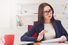 美丽的年轻女实业家在工作场所的办公室 库存照片