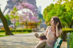 美丽的巴黎妇女年轻人 免版税库存图片