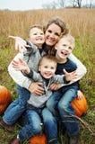 美丽的年轻妈妈拿着她愉快的男孩 免版税库存图片