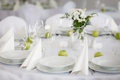 美丽的结婚宴会桌装饰 免版税图库摄影