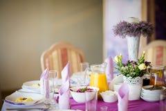 美丽的结婚宴会桌装饰 图库摄影
