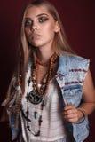 美丽的年轻嬉皮妇女画象在演播室 库存照片