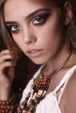 美丽的年轻嬉皮妇女画象在演播室 免版税库存照片