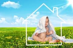 美丽的婴孩和房子 免版税库存照片