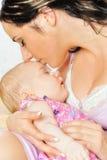 美丽的婴孩她母亲休眠 免版税库存照片