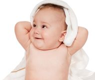 美丽的婴孩掩藏在白色毯子下 免版税图库摄影