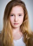 美丽的年轻害羞的白肤金发的女孩 免版税库存图片