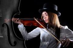 美丽的年轻小提琴手 免版税库存图片