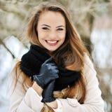 美丽的年轻微笑的女孩卓著的画象-户外 免版税库存照片