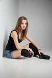 美丽的年轻性感的妇女佩带的牛仔裤短裤 免版税库存照片