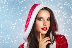 美丽的年轻愉快的妇女在圣诞老人穿衣在圣诞节背景 在微笑的白人妇女的背景 秀丽查出的纵向白色 免版税图库摄影