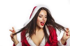 美丽的年轻愉快的妇女在圣诞老人穿衣在圣诞节背景 在微笑的白人妇女的背景 秀丽查出的纵向白色 免版税库存照片