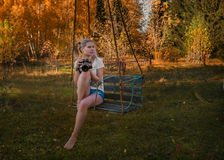 美丽的年轻摄影师拍照片 免版税库存图片