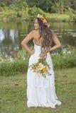 美丽的年轻新娘在公园 免版税库存照片