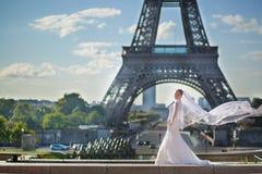 美丽的年轻新娘在巴黎 免版税库存照片