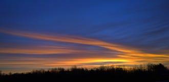 美丽的黄昏天空在蓝色的夜,桔子&黄色里 免版税库存图片