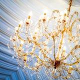美丽的水晶枝形吊灯 免版税库存图片
