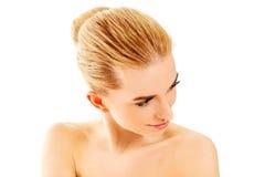 年轻美丽的轻松的白肤金发的妇女 库存图片