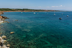 美丽的绿松石看见与几条游艇 库存照片