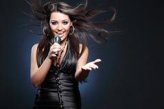 美丽的年轻歌手 免版税库存照片