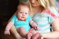 美丽的年轻母亲拿着一个小儿子 图库摄影