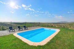 美丽的水池和庭院的可爱的看法。 免版税库存图片