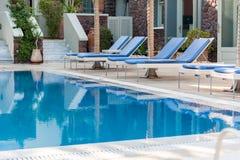 美丽的水池在一家旅馆里在圣托里尼 免版税图库摄影