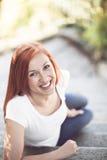 美丽的活泼的笑的妇女 免版税库存照片