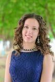 美丽的年轻深色的女孩画象一件蓝色礼服的 免版税库存图片