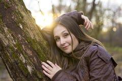 美丽的年轻深色的女孩画象的 免版税库存图片