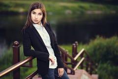美丽的年轻深色的女孩 库存图片