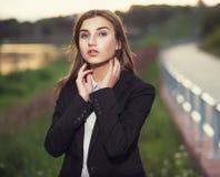 美丽的年轻深色的女孩 免版税图库摄影