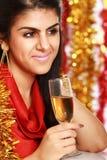 美丽的年轻深色的妇女饮用的香槟 免版税库存图片