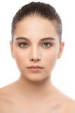 美丽的年轻深色的妇女画象有干净的面孔的 笤帚查出的白色 库存图片